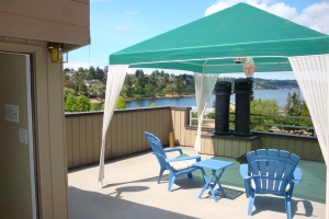 Sunny roof-top deck with wet bar - a great place to watch the SeaFair hydro races!